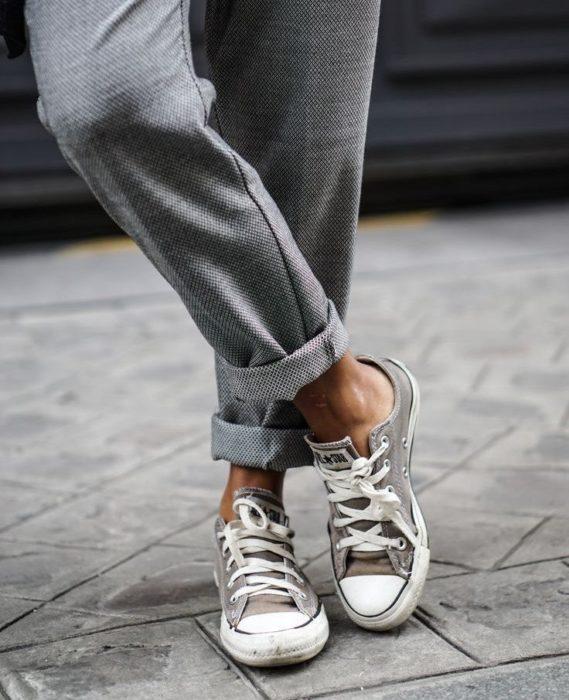 Le pantalon chino s'associe bien avec les converses/ Mais pas chaussettes apparentes surtout !