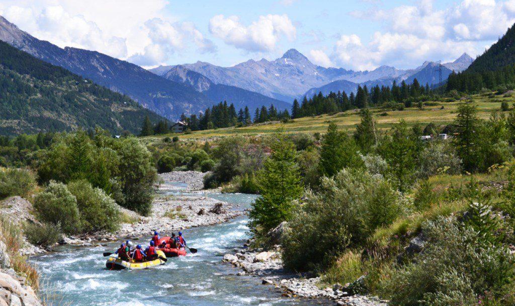rafting : sport d'eau vive l'été à la montagne