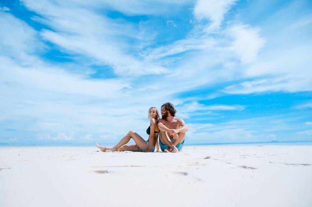 Couple assis sur une plage.