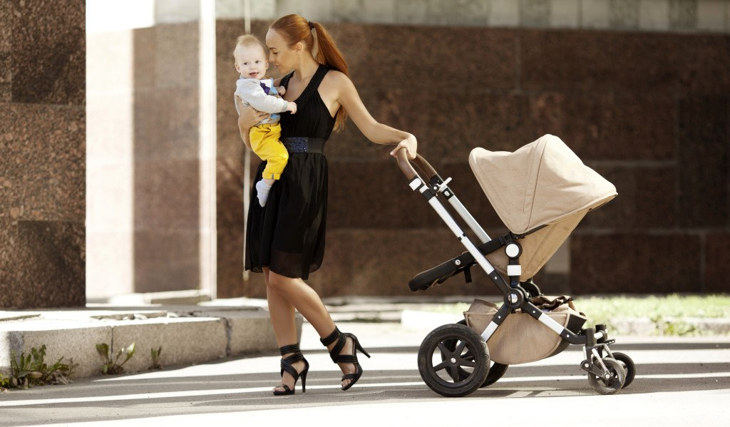 jeune maman à la mode