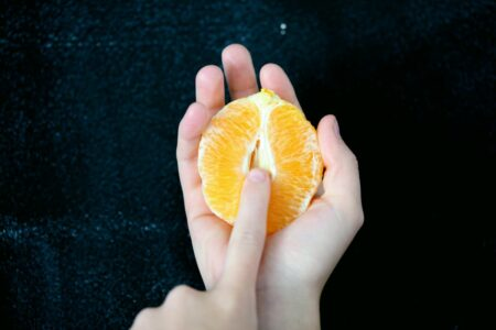 main tenant une moitié d'orange