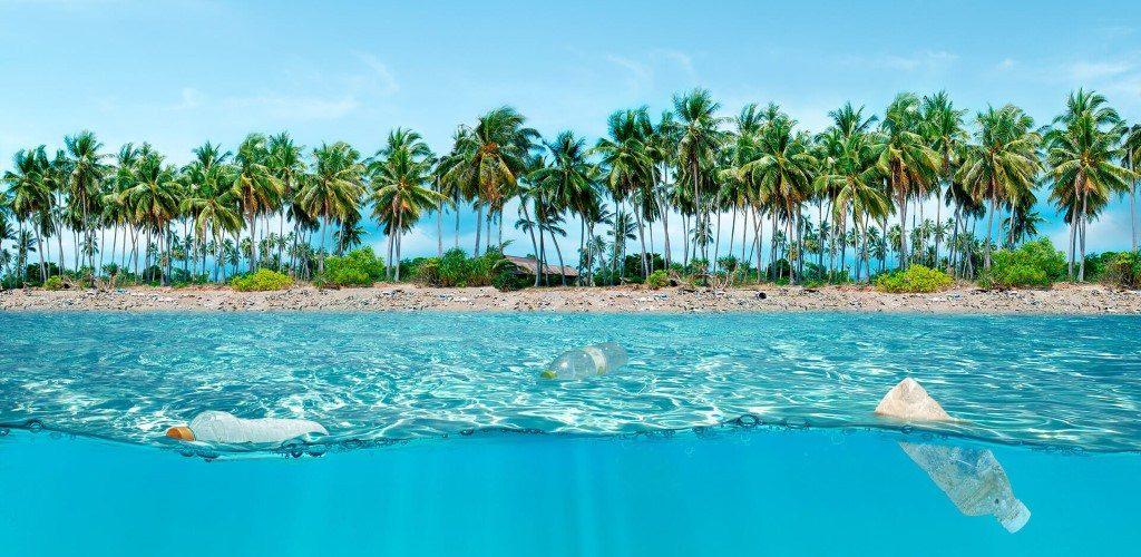 pollution des océans et plages avec des déchets plastiques
