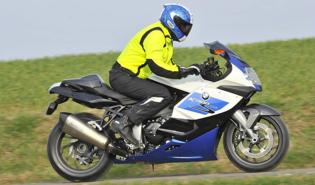 port d'un blouson jaune à moto