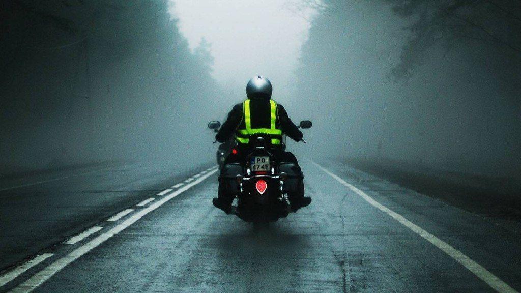 Le port du gilet jaune à moto est conseillé (mais non obligatoire) en cas de brouillard