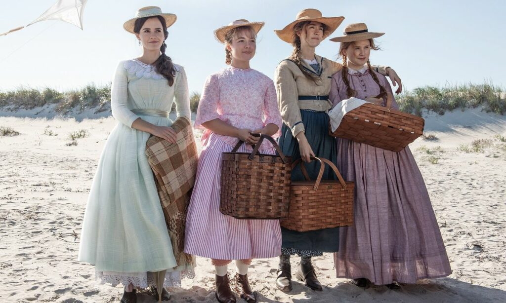 """Photo de groupe du casting du film """"Les filles du Dr march"""" en robes prairie."""