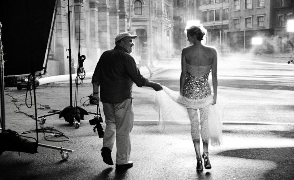 Un homme et une femme de dos qui s éloignent dans un décor de cinéma.