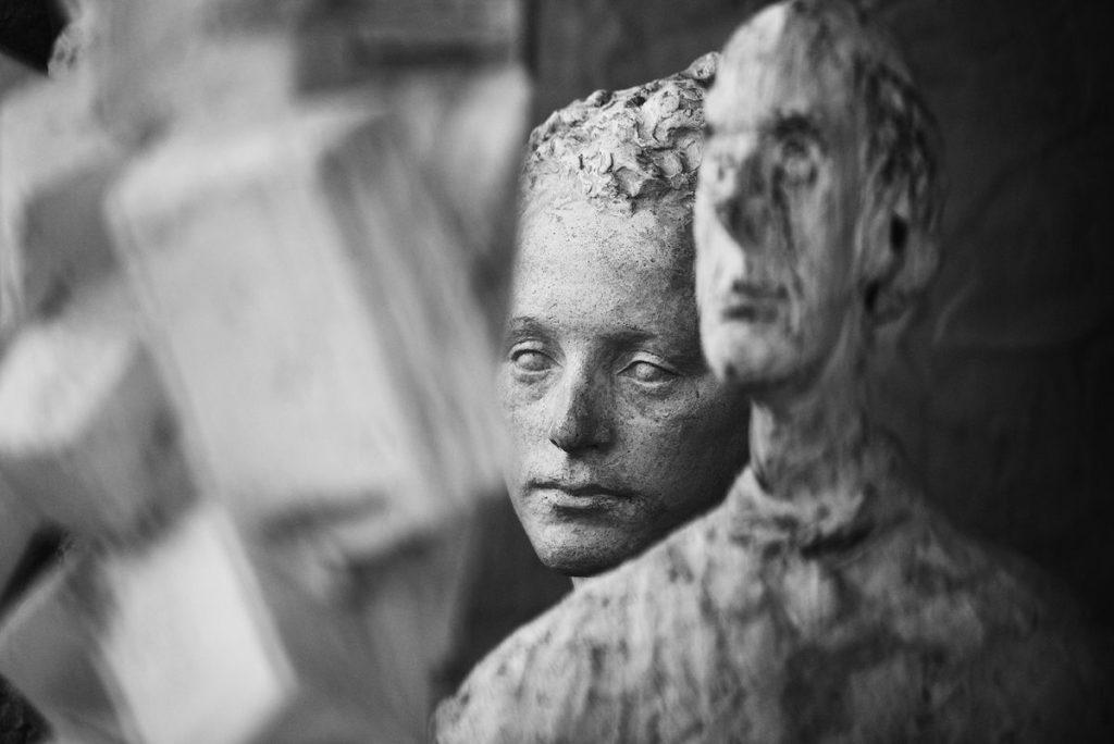 Gros plan d une sculpture de Giacometti.