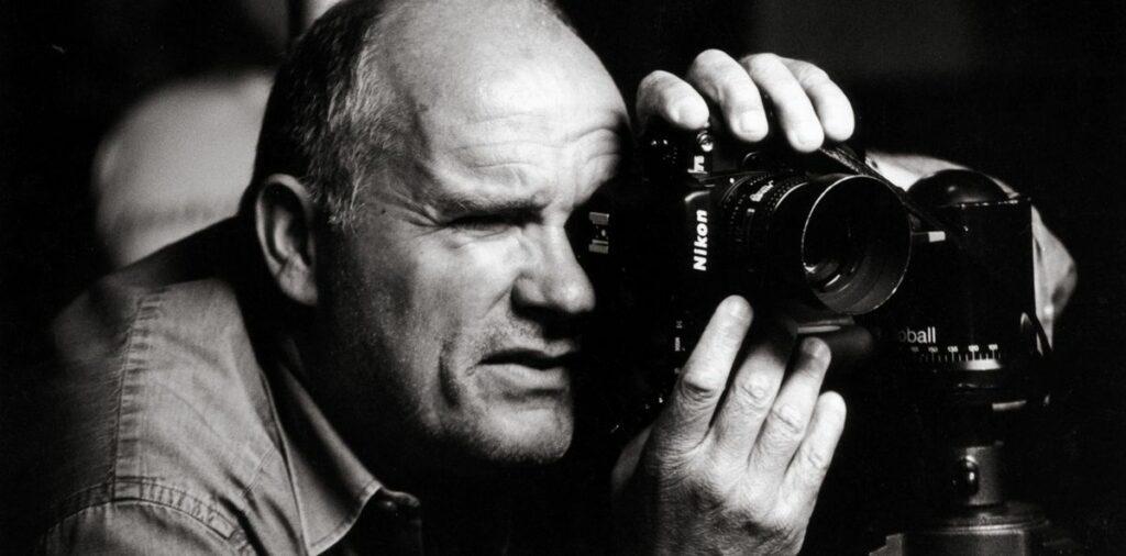 Portrait noir et blanc dun homme prenant une photo