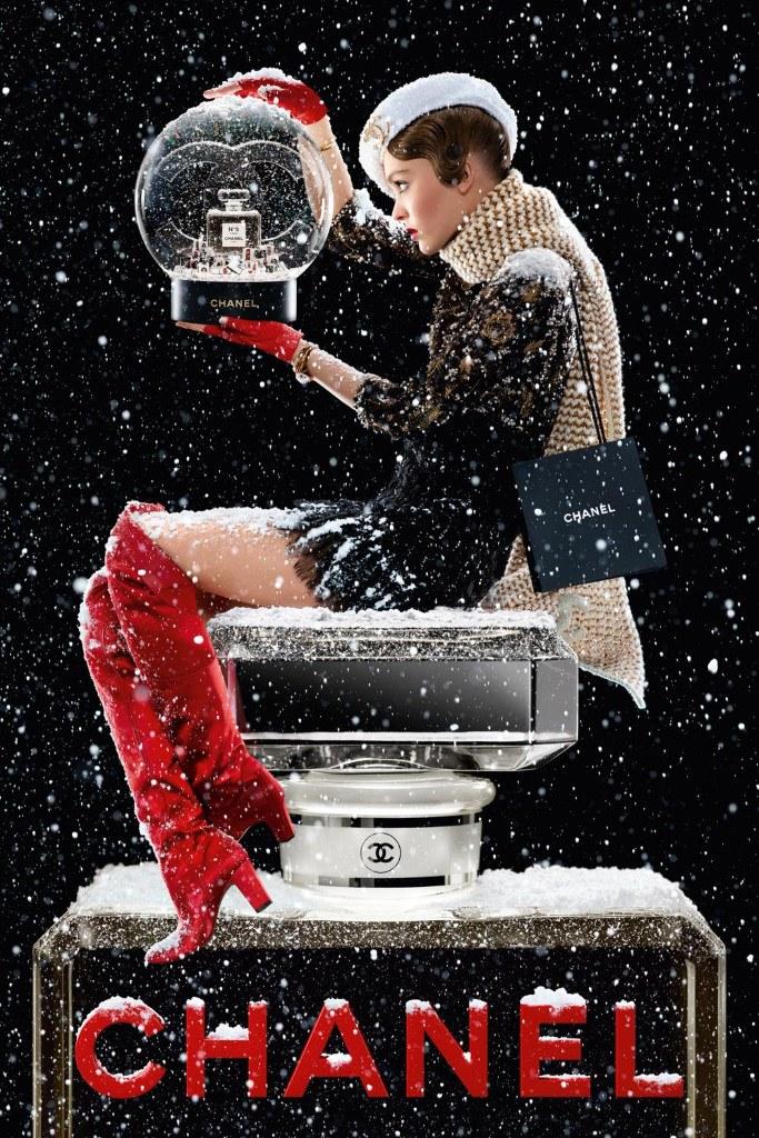 Lily-Rose Depp dans l'affiche de la pub de Noël Chanel n°5 l'eau