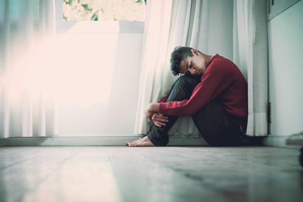 Homme assis par terre