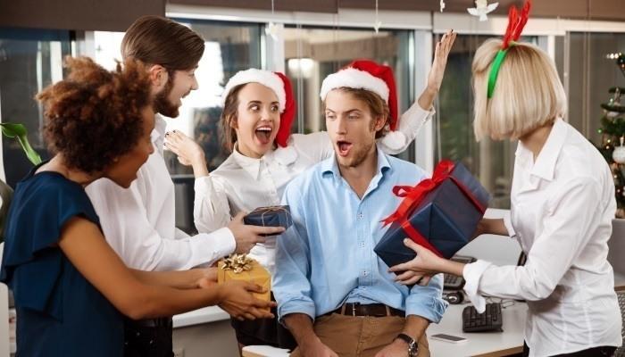 secret santa au bureau : échange des cadeaux de Noël