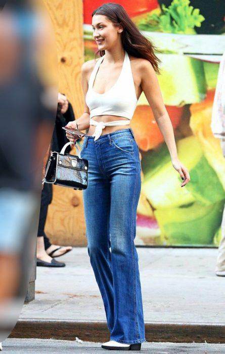Bella Hadid en pantalon flare