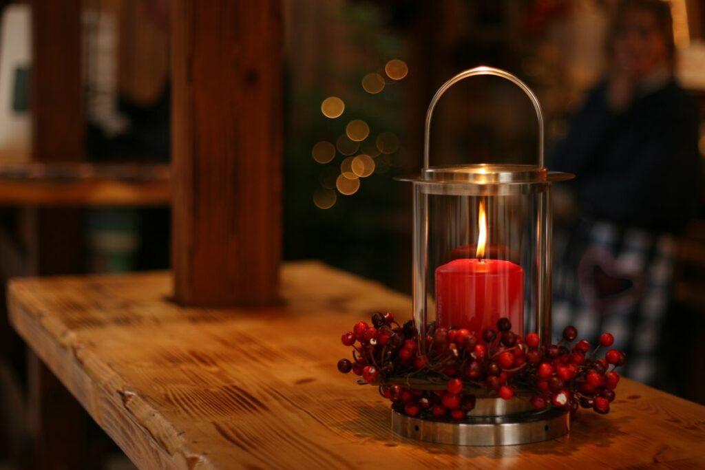 Bougie lanterne baies table en bois