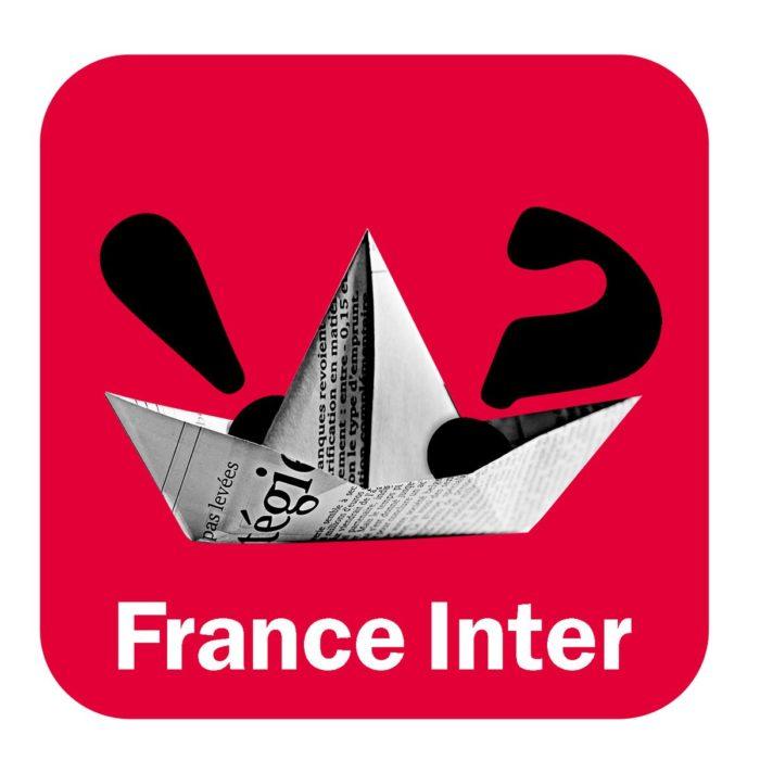 bateau en origami sur fond rouge avec un point d'interrogation et un point d'exclamation.