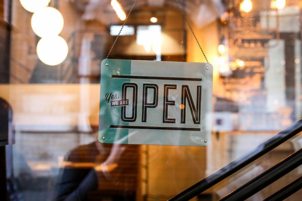 """Panneau """"open"""" sur une porte de boutique"""