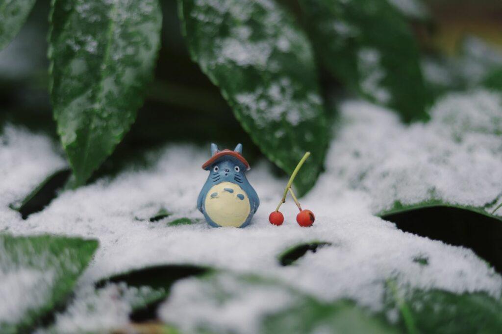 Figurine Mon voisin Totoro dans la neige.