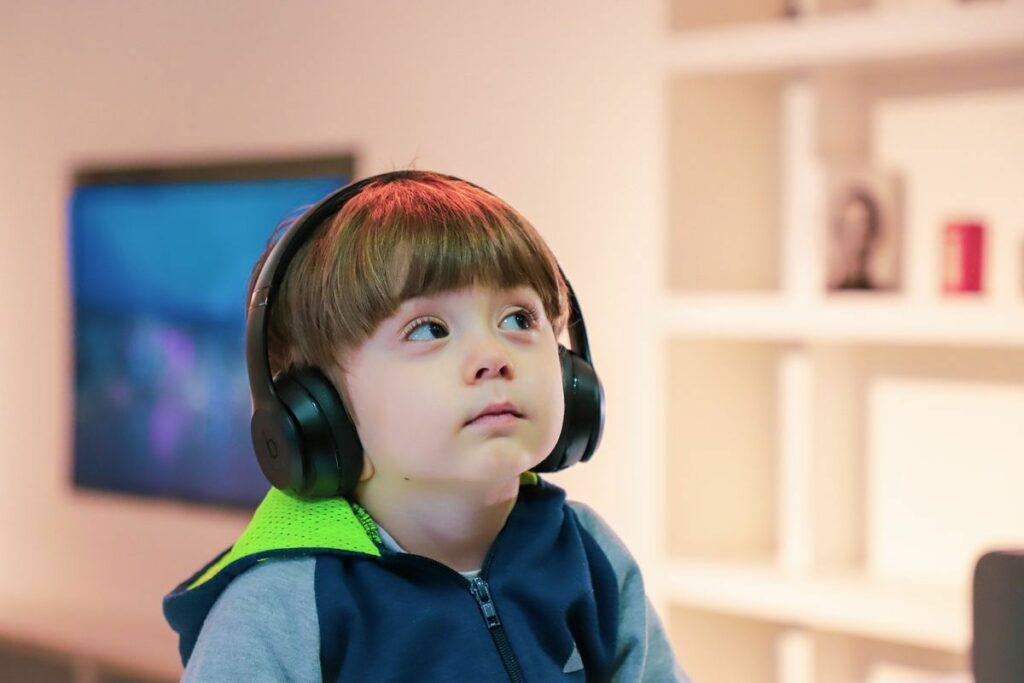 enfant qui écoute un casque audio