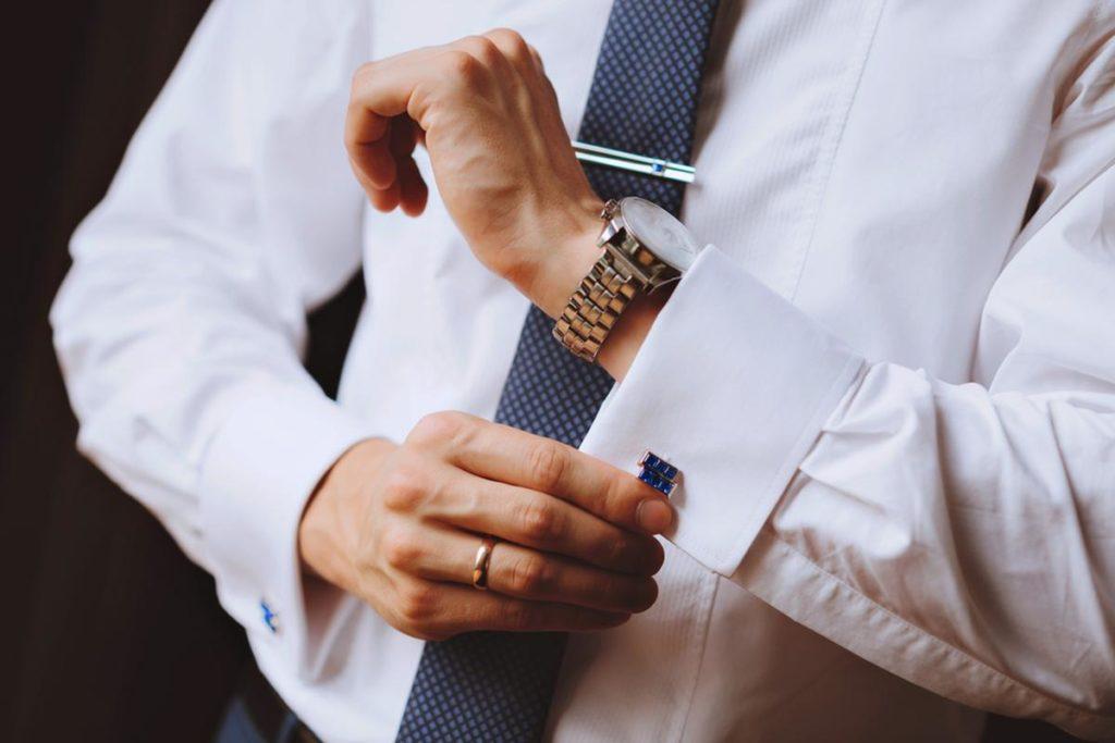 bouton de manchette bleu accordé avec une cravate