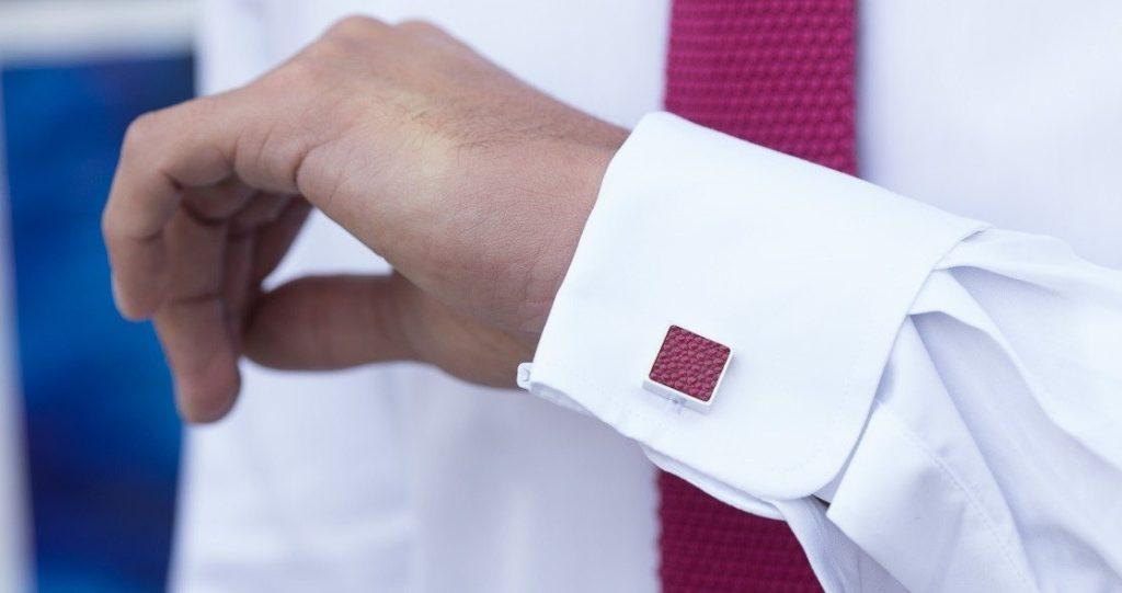 bouton de manchette bordeaux accordé avec une cravate