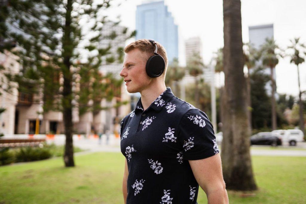 Homme dans un parc avec un casque sur les oreilles