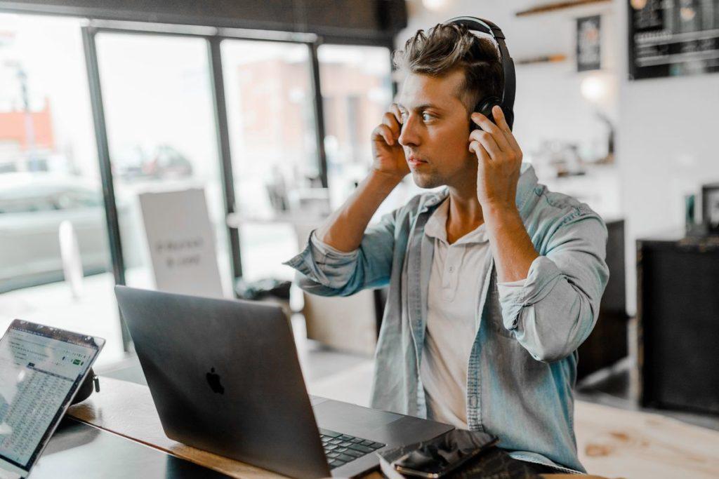 Entrepreneur qui écoute un podcast
