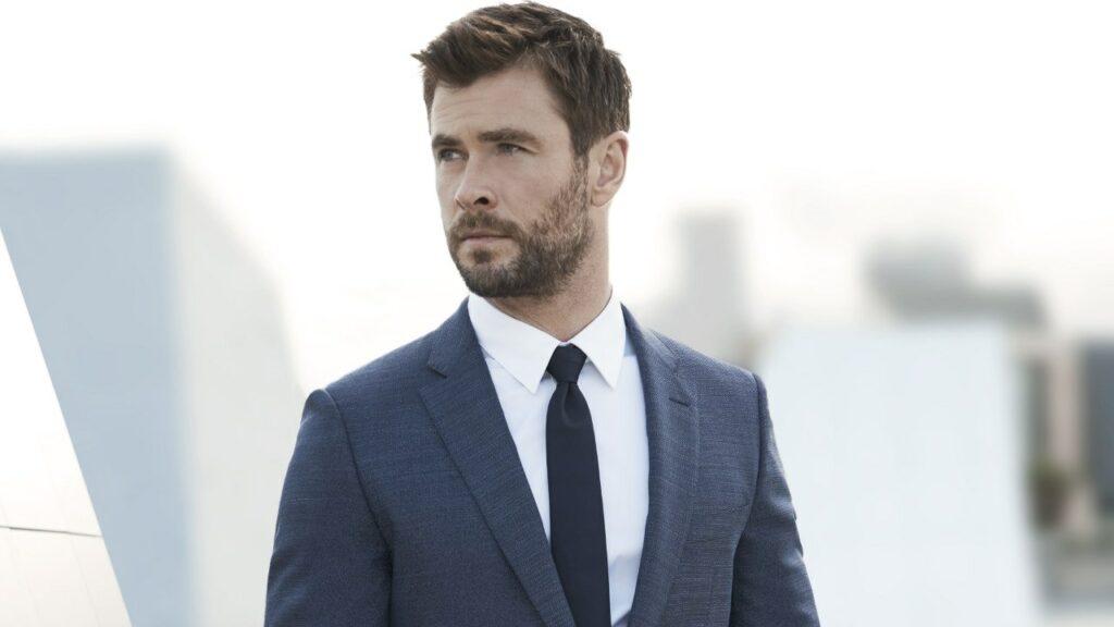 L'acteur Chris Hemsworth représente l'élégance masculine en costume Hugo Boss