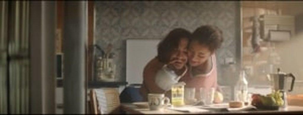 Couple qui prend le petit déjeuner sans les mains