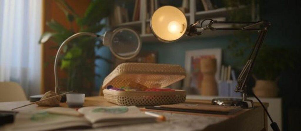lampe et loupe sur un bureau