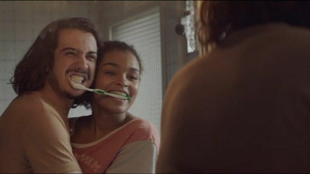Couple qui se brosse les dents sans les mains