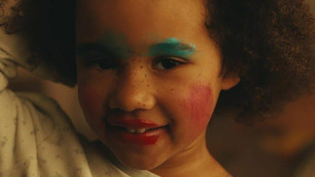 visage petite fille noire mal maquillée