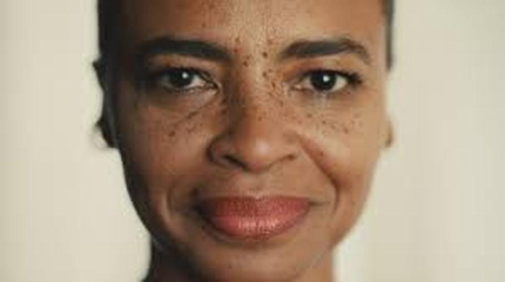 gros plan visage femme âgée noire avec des tâche de rousseur