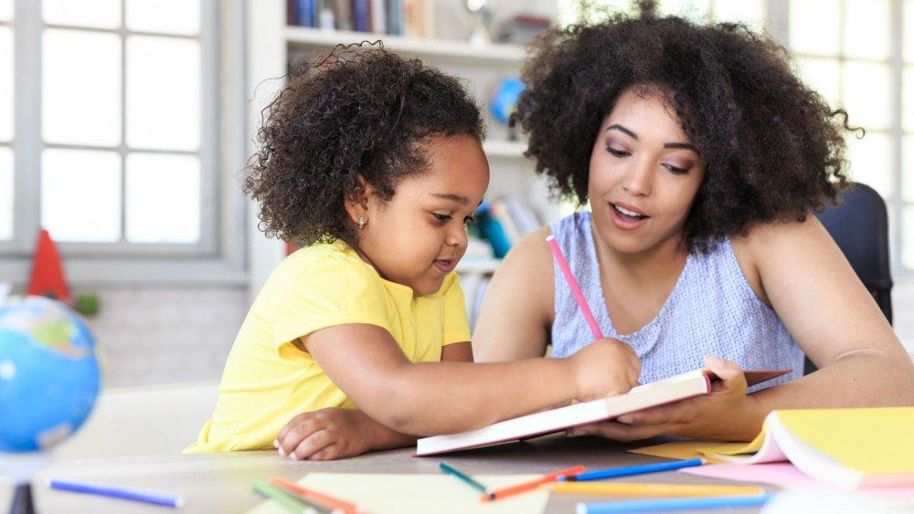Enfant et parent travaillent ensemble