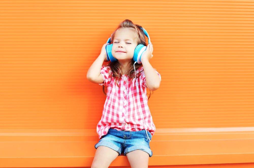 Enfant écoute podcast