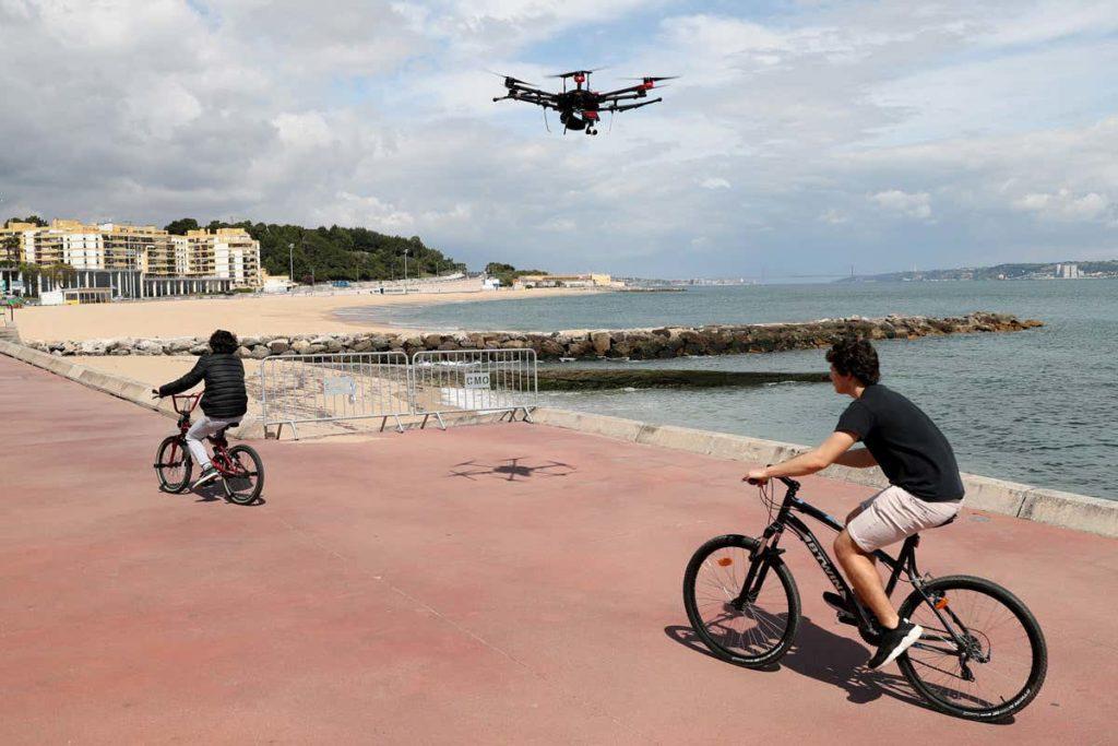Drone qui fait respecter la distanciation sociale