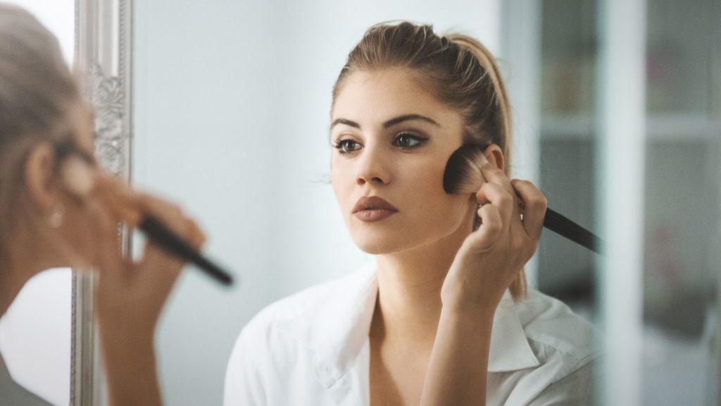 Le teint : base du maquillage avec un masque chirurgical