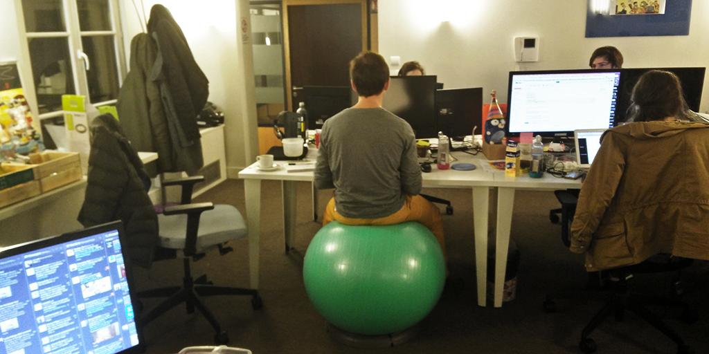 Au bureau, un ballon à la place d'un fauteuil