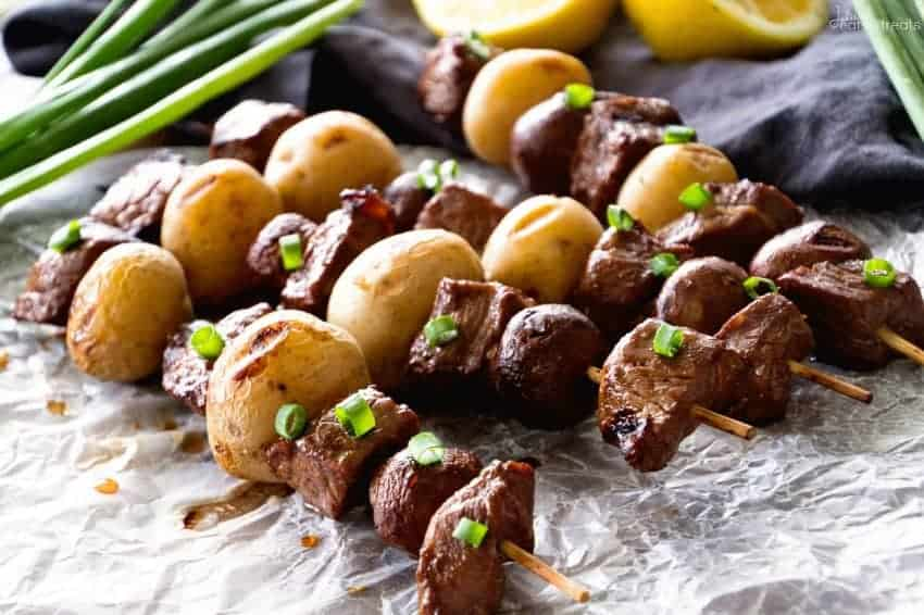 Brochettes au bœuf et aux patates, comme un plat du dimanche