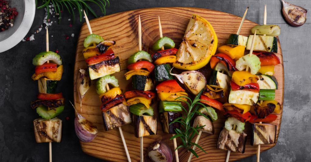 Barbecue : quatre recettes de brochettes qui vont faire fureur cet été