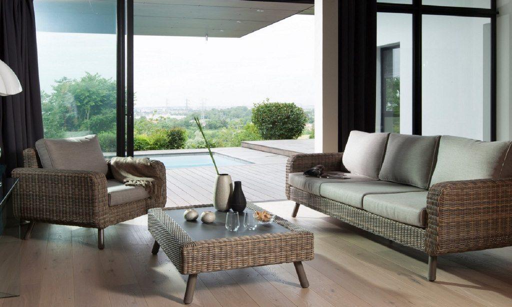 mobilier de jardin dans une véranda