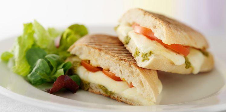 Sandwich à la tomate et à la mozzarella