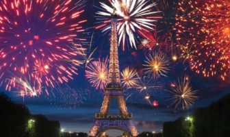feu d'artifice du 14 juillet 2020 à la tour Eiffel à Paris