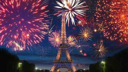 feu d'artifice du 14 juillet 2020 à la tour Eiffel à Paris
