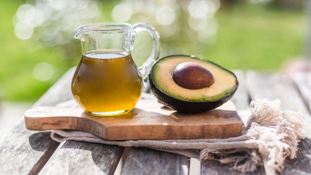 Huile d'avocat, une huile végétale idéale en soin contour des yeux
