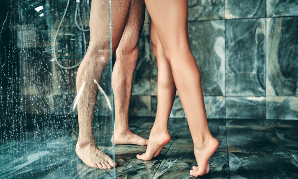 sexe amour couple sous la douche