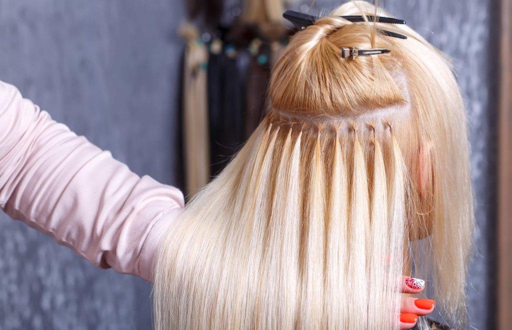 pose d'extensions de cheveux chez le coiffeur