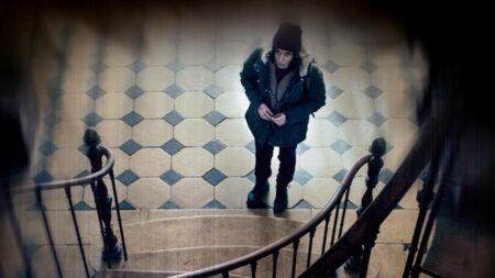 Une femme devant un escalier dans Odersa