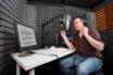 dans un studio de voix off