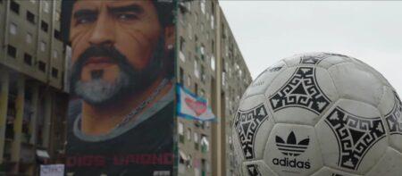 Ce ballon rend un hommage émouvant à Maradona