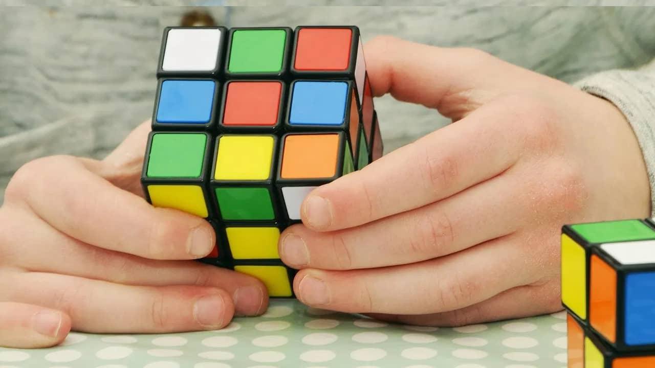 enfant qui joue au rubik's cube