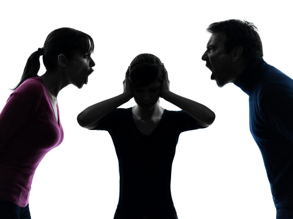 Famille tu me hais, les insultes envers les jeunes victimes